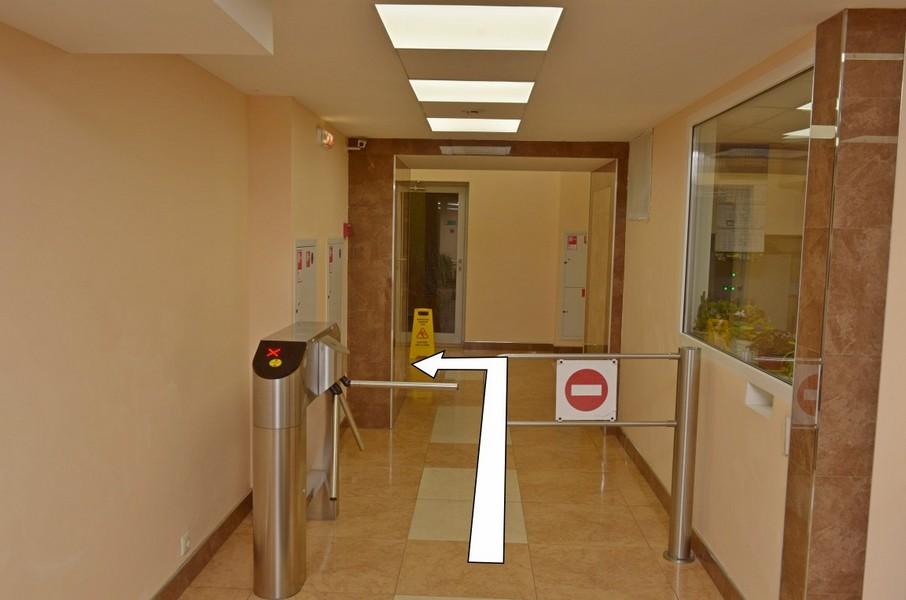 Проходим турникет, идем вперед и поворачиваем на лево к лифтам