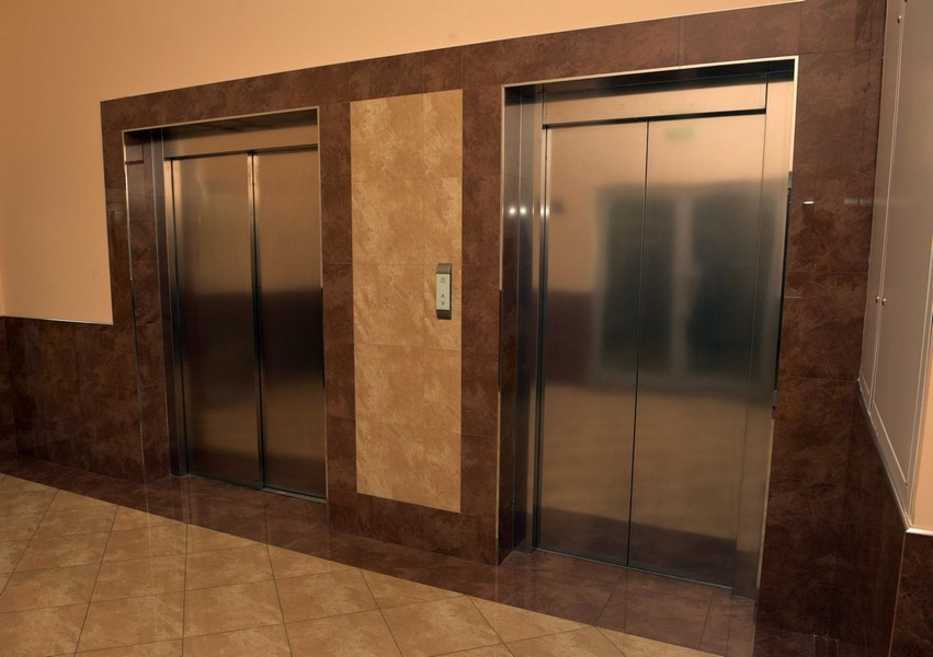 Поднимаемся на 4 этаж, идем в двери напротив лифта и поворачиваем на лево